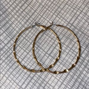 Jewelry - Gold hoops 💛